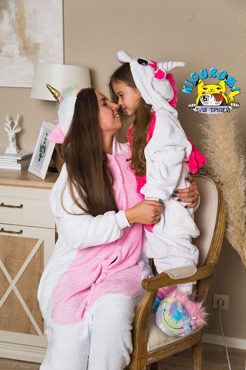 Мама с дочкой в кигуруми единорогов