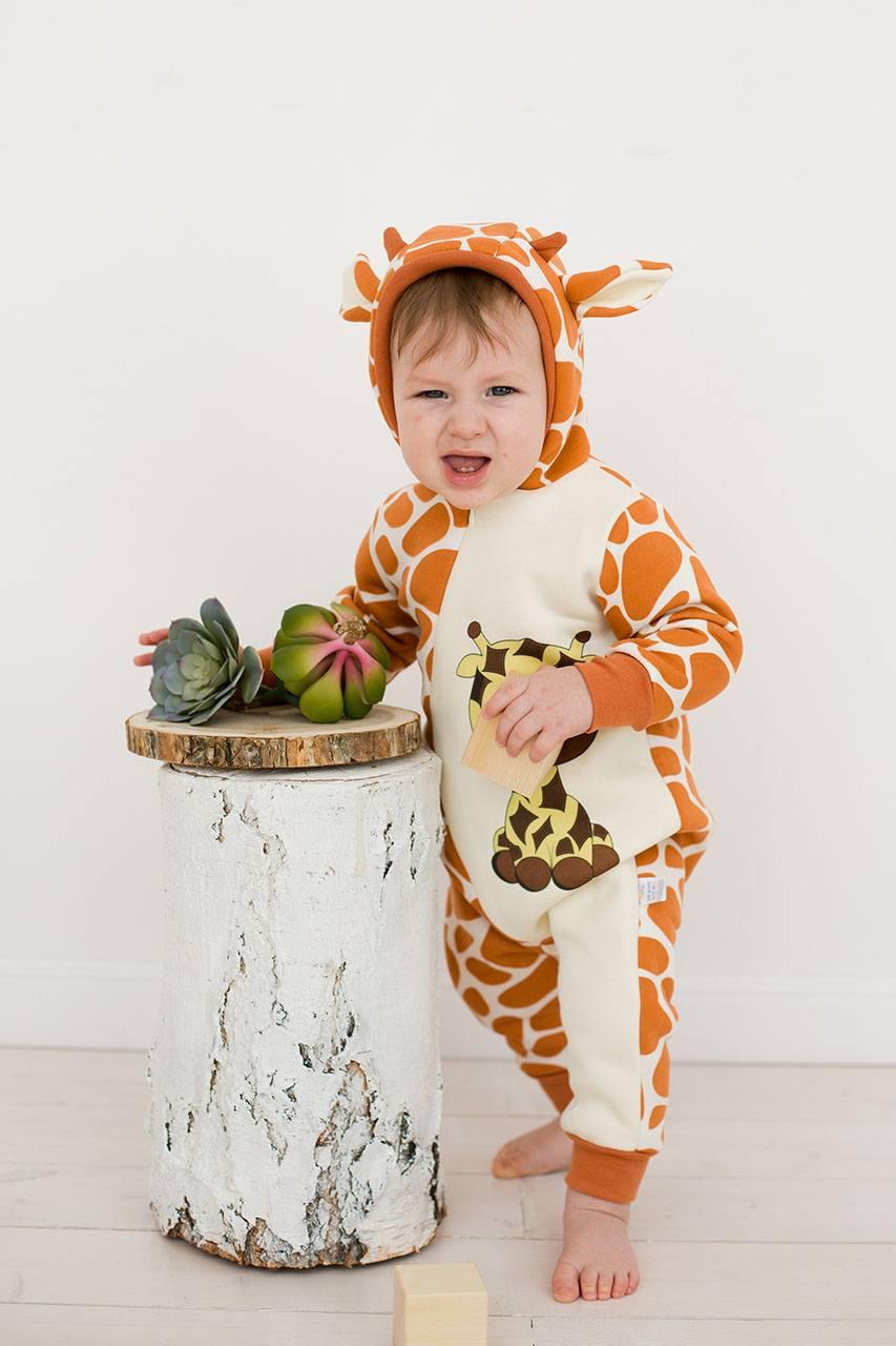 Малыш в кигуруми жираф