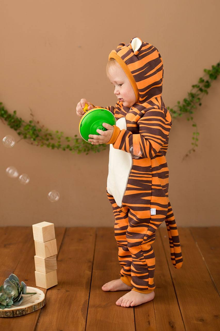 Малыш в кигуруми тигр